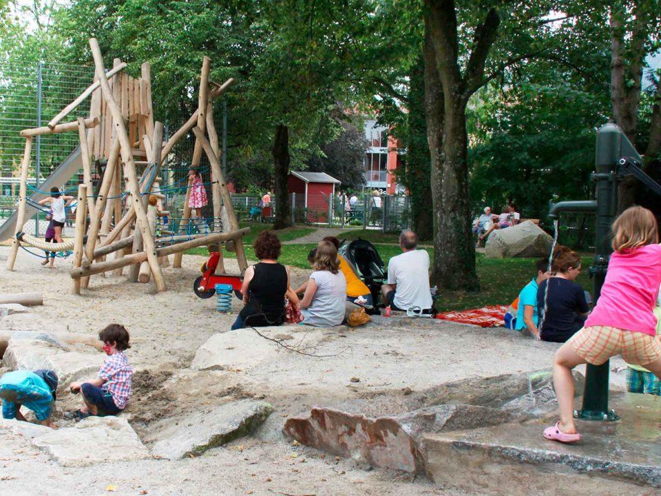 Spielende Kinder auf dem Generationen Spielplatz